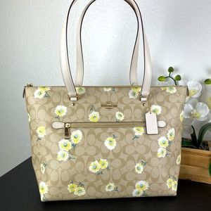 Coach Gallery Tote In Sig Canvas With Daisy Print